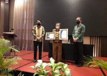 Bupati Gorontalo Utara (Gorut) Indra Yasin, saat menerima penghargaan dari BPJS Cabang Gorontalo, bertempat di Hotel Aston Gorontalo, Selasa (22/12/2020). (Foto : Sudin Lamadju/prosesnews.id)