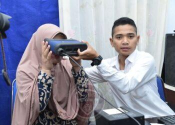 Seorang warga direkam retina matanya untuk pembuatan KTP-el. (Foto: Dok. Humas).