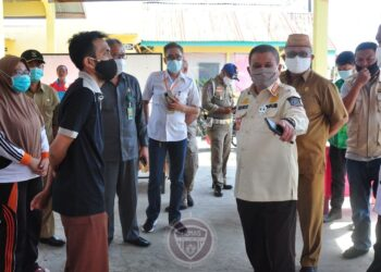 Wagub Gorontalo H. Idris Rahim (kanan) saat meninjau salah satu TPS di Kabupaten Gorontalo, Selasa (8/12/2020). Penyediaan fasilitas pencegahan penyebaran covid-19 salah satu yang menjadi perhatian wagub saat peninjauan TPS. (foto : Haris-Humas)