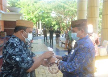 Wakil Gubernur H.Idris Rahim (kanan) menyerahkan bibit pohon kepada Kepala Biro Umum Reflin Buata, di kompleks kantor gubenur, Jumat (11/12/2020). (foto : Gusti)