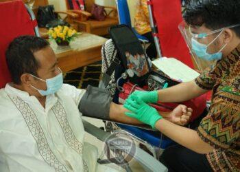 Seorang ASN kantor gubernur mendonorkan darahnya. Aksi donor darah dilakukan kerjasama Pemprov Gorontalo dan PMI dalam rangka memperingati HUT ke-20 Provinsi Gorontalo. (foto : Fadli)