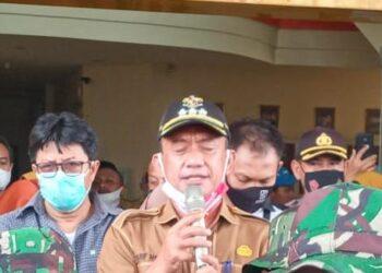 Bupati Pohuwato Syarif Mbuinga, saat menanggapi Aspirasi dari massa Aksi di depan Kantor Bupati.