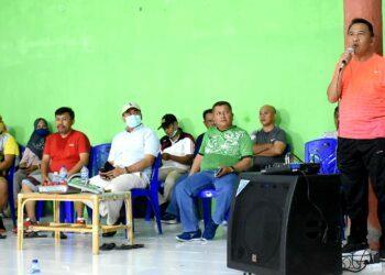 Anas Jusuf, memberikan sambutan peresmian Lapangan Bulu Tangkis PB. DUTA di Kecamatan Dulupi. Jum'at, (15/01/2021). (Foto : Humas).
