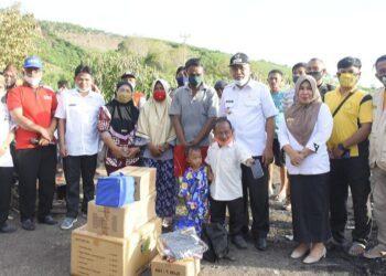 Anas Jusuf, serahkan langsung bantuan kepada korban yang rumahnya terbakar di Desa Libatihu, Paguyaman Pantai. Rabu, (20/01/2021). (Foto : Humas).
