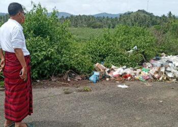 Wakil Bupati Gorut, Thariq Modanggu, saat meninjau langsung tumpukan sampah di Kawasan Kantor Bupati Gorut. Senin, (18/01/2021). (Foto : Istimewa).