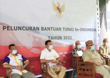 Gubernur Gorontalo Rusli Habibie (depan), mengikuti kegiatan peluncuran program bantuan tunai se-Indonesia secara virtual, Senin (4/1/2021). ( Foto : Zakir-BPPG)