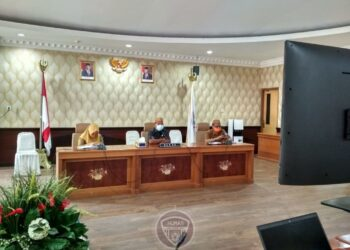 Sekretaris Daerah Provinsi Gorontalo Darda Daraba saat mengikuti Rapat Koordinasi Kesiapan Pelaksanaan Vaksinasi Covid-19 dan Kesiapan Penegakan Protokol Kesehatan yang dipimpin Menteri Dalam Negeri secara virtual di ruang Huyula, Kantor Gubernur, Senin (5/1/2020).  (Foto: Nova-Humas)