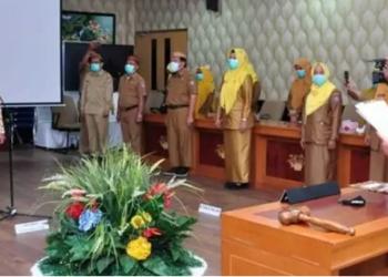 Wagub Gorontalo H. Idris Rahim (kanan) melantik dr. Yana Yanti Suleman sebagai Kepala Dinas Kesehatan di Ruangan Huyula Gubernuran Gorontalo, Senin (4/1/2021). (Foto : Haris – Humas)