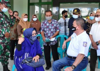 Wagub Gorontalo H. Idris Rahim (kanan) berbincang dengan pemilik lahan HGU, Helena Ngabito, yang akan menjadi lokasi pembangunan Secaba saat meninjau lokasi lahan tersebut di Desa Tabongo Barat, Kecamatan Tabongo, Kabupaten Gorontalo, Jumat (29/1/2021). (Foto : Haris)