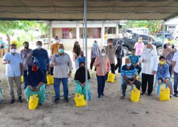 Gubernur Gorontalo didampingi istri Idah Syahidah berfoto bersama perwakilan masyarakat penerima bantuan di Kecamatan Botumoito, pada pelaksanaan Bakti Sosial NKRI peduli di Kecamatan Botumoito, Boalemo, Sabtu (30/1/2021). Foto – Salman