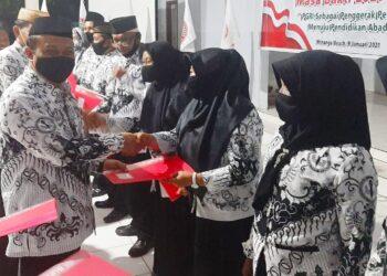 Raker dirangkaikan dengan penyerahan SK Pengurus Ranting PGRI Kecamatan Paguyaman. (Ft : Serta).