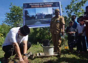 Bupati Bone Bolango Hamim Pou didampingi Sekretaris Daerah Ishak Ntoma melakukan peletakan batu pertama pembangunan Masjid Al-Hamim/Foto AKP/Humas Bonebol