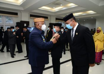 Gubernur Gorontalo saat melantik kadis Infokom