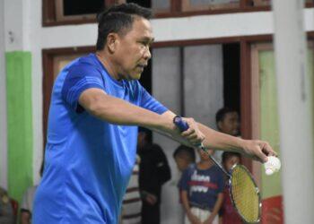Anas Jusuf, saat lakukan ekshibisi perdana Bulu Tangkis, di Gedung PB. Duta, Kecamatan Dulupi. Jum'at, (15/01/2021). (F : humas).