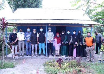 Bupati Bonebol Hamim saat mengunjungi serta meresmikan rumah layak huni. Hamim memakai topi Putih, berada di tengah. (Foto by : Onal