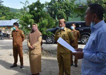 Plt Bupati Boalemo, Anas Jusuf (Kemeja Biru Kanan), saat Sidak di Kantor DLHK Boalemo, Selasa, (19/01/2021). (F : Humas)