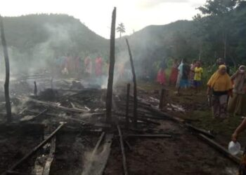 Kebakaran di Desa Limba Tihu, Kecamatan Paguyaman Pantai. (F : liputan Humas Boalemo).