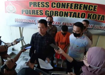 Seorang pria di Kota Gorontalo tega mengakhiri nyawa mantan istrinya dengan sebilah pisau dapur.