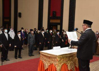 Walikota Gorontalo saat melantik pejabat di Lingkungan Pemkot Gorontalo