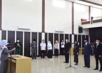 Asisten II Bidang Ekonomi dan Pembangunan, Laida M. Ali saat melantik 4 pejabat
