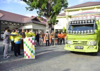 Wali Kota Gorontalo saat melepas rombongan penyalur bantuan