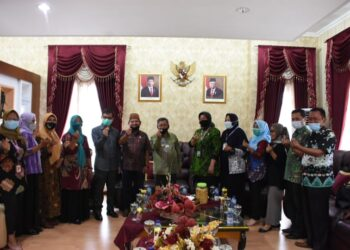 Bupati Indra Yasin, saat menerima kunjungan kerja BKKBN Provinsi Gorontalo. (F : Istimewa).