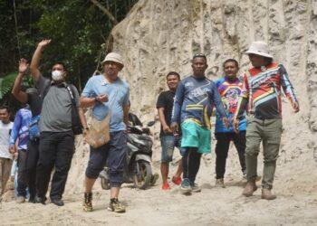 Hamim Pou Saat mengunjungi Desa Longalo (Foto : istimewa)