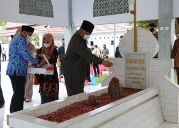 Wakil  I ketua DPRD Provinsi Gorontalo saat menaburkan bunga ke makan pahlawan nani wartabone (Foto : Humas Deprov)