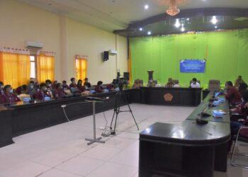 Wabup Pohuwato, Amin Haras, saat menerima 50 Mahasiswa PKL dari UNG, berlangsung di Gedung Panua, Kantor Bupati Pohuwato. Senin, (25/01/2021). (Foto : Istimewa).