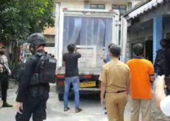 Kedatangan Vaksin Covid-19, dikawal ketat pihak Polres Kota Blitar. (Foto : Istimewa).
