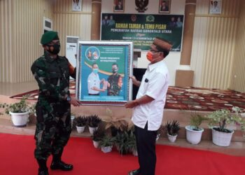 Wakil Bupati Gorut, Thariq Modanggu, memberikan Cendra Mata kepada Letkol ARM. Fristya Andrean Gritias, saat Ramah Tamah dan Temu Pisah di Aula Germas Gorut. Rabu, (27/01/2021). (Foto : Istimewa).