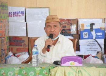 Anas Jusuf memberikan sambutan saat penyerahan Bansos di Kanotr Dinas Perpustakaan Boalemo. (Foto : Istimewa).