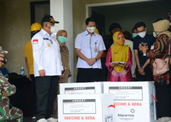 Gubernur Gorontalo Rusli Habibie didampingi anggota DPR Komisi VIII Idah Syahidah, saat mengantarkan langsung vaksin covid-19 di tempat penyimpanan yang disediakan oleh Dinas Kesehatan di Kantor Farmasi, Kamis (7/1/2021). (Foto-Salman)