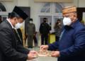 Penyerahan SK secara simbolis oleh Gubernur Gorontalo Rusli Habibie, kepada perwakilan Pejabat Tinggi Pratama yang dilantik dan diambil sumpahnya oleh Gubernur, Jumat (15/1/2021). Sebanyak 258 Pejabat dilingkup Pemprov Gorontalo juga dilantik secara virtual . (Foto – Salman)