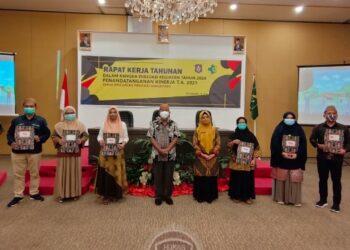 Sekretaris Daerah Provinsi Gorontalo Darda Daraba (kelima kiri) didampingi Kepala Dinas Kesehatan dr. Yana Yanti Suleman (tengah) foto bersama pejabat administrator usai Penandatanganan Kinerja di Grand Q Hotel, Kota Gorontalo, Jumat (8/1/2021). (Foto: Adit).