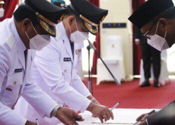 Gubernur Sulawesi Selatan, Nurdin Abdullah melantik 11 bupati dan wali kota terpilih pemenang Pilkada serentak 9 Desember 2020. (Liputan6.com/Fauzan)