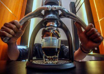 Barista membuat kopi di kedai UMKM kopi Rujukan, Cibinong, Kabupaten Bogor, Jawa Barat, Kamis (21/1/2021). Pemerintah menetapkan plafon Kredit Usaha Rakyat (KUR) pada 2021 sebesar Rp253 triliun. Foto: ANTARA FOTO/Yulius Satria Wijaya.