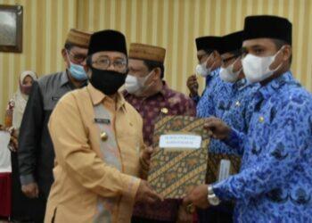 Bupati Indra Yasin saat menyerahkan SK pengangkatan Tenaga Kerja di lingkungan Pemda Gorut, di Aula Tinepo Gorut. Jum'at, (05/02/2021). (foto : istimewa).