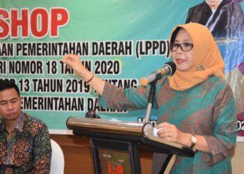 Sekda Kabupaten Gorontalo, Hadijah U Tayeb, saat jadi pembicara, sekaligus menutup kegiatan Workshop LPPD di Manado. (Foto : Istimewa).