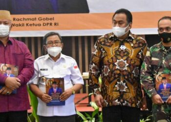 Bupati Gorut Indra Yasin (dua dari kiri) saat foto bersama Rachmat Gobel (dua dari kanan). (Foto : Istimewa).