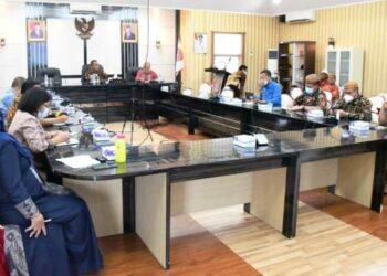 Sekda Gorontalo Utara, Ridwan Yasin memimpin rapat membahas PMK nomor 17 tahun 2021. (foto:hms)
