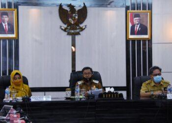 Bupati Gorut, Indra Yasin, saat memimpin rapat di Aula Tinepo, Gorut. Senin, (08/02/2021). (F : Istimewa).