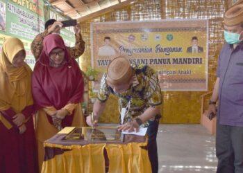 Bupati Kabupaten Pohuwato, Syarif Mbuinga, saat menandatangani Prasasti pada peresmian Yayasan Insani Panua Mandiri. (Foto : Istimewa).