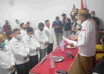 Plt Bupati Boalemo, Anas Jusuf, saat mengukuhkan Konsorsium Ormas Boalemo. (Foto : Isitmewa).