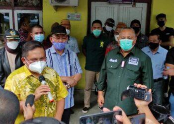 Wali Kota Gorontalo, Marten Taha, saat mendampingi Gubernur Gorontalo, Rusli Habibe ketika mengunjungi keluarga pelaku pengeroyokan anggota TNI