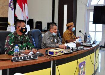 Wagub Gorontalo H. Idris Rahim (tengah) memimpin rakor pengadaan tanah pembangunan Secaba di aula rumah jabatan Gubernur Gorontalo, Selasa (9/2/2021). (Foto : Haris)