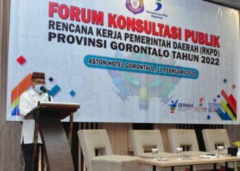 Wagub Gorontalo H. Idris Rahim memberikan sambutan pada Forum Konsultasi Publik RKPD Provinsi Gorontalo tahun 2022 di Hotel Aston, Kota Gorontalo, Kamis (11/2/2021). (Foto : Haris)