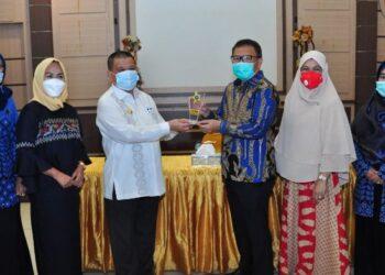 Wagub Gorontalo H. Idris Rahim (ketiga kiri) menyerahkan PAFI Awards 2021 kepada Direktur PT. HGI, Mohammad Yamin Lahay (ketiga kanan), di aula rumah jabatan Wagub Gorontalo, Kamis (11/2/2021). (Foto : Haris)