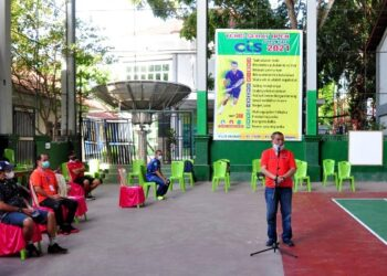 Wagub Gorontalo H. Idris Rahim memberikan sambutan pada pembukaan turnamen Tenis Sehat Oper 2021 di lapangan Indoor UNG, Jumat (12/2/2021). (Foto : Haris)