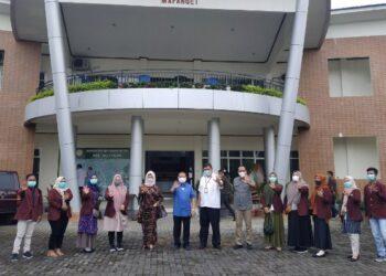Foto bersama mahasiswa peserta magang dan penelitian dari Fakultas Pertanian UNG dengan Wagub Gorontalo H. Idris Rahim (kemeja biru) di halaman Balit Palma, Minahasa Utara, Sulawesi Utara, Sabtu (13/2/2021). (Foto : Gusti)